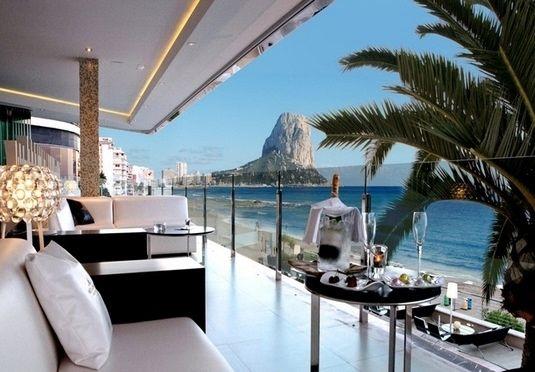 Smagfuldt designerhotel med privat strand, infinity-pool og udsigt over Middelhavet, inkl. fly, billeje og halvpension – afrejse mellem juli og oktober 2017