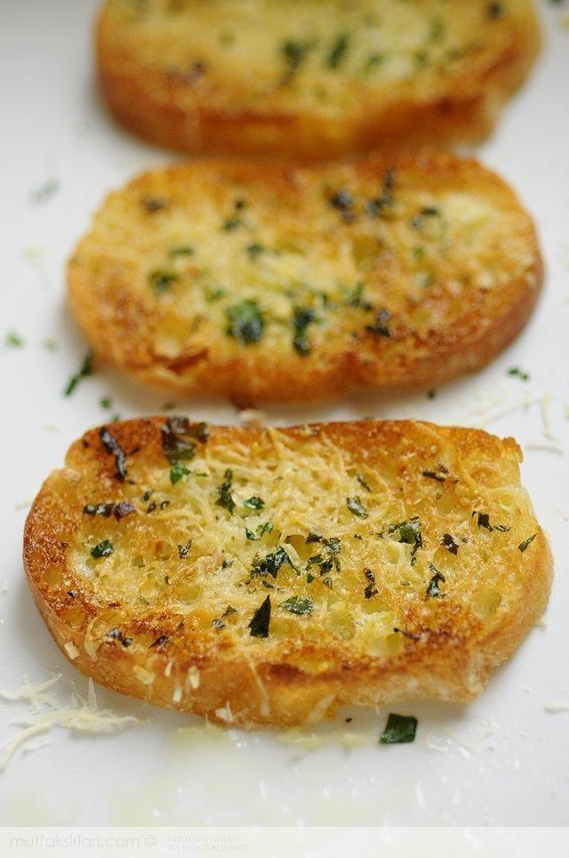 Sarımsaklı ekmekle tanışmam bundan 15 yıl öncesine dayanır. İlk tadına baktığım gün lezzetinden başımı döndüren bu atıştırmalıktan asla vazgeçemeyeceğimi anl