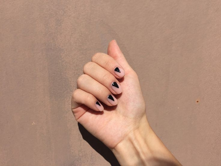 Black triangle nails #nails #gelnails #trianglenails #nailinspiration #nails www.piiahiltunen.com