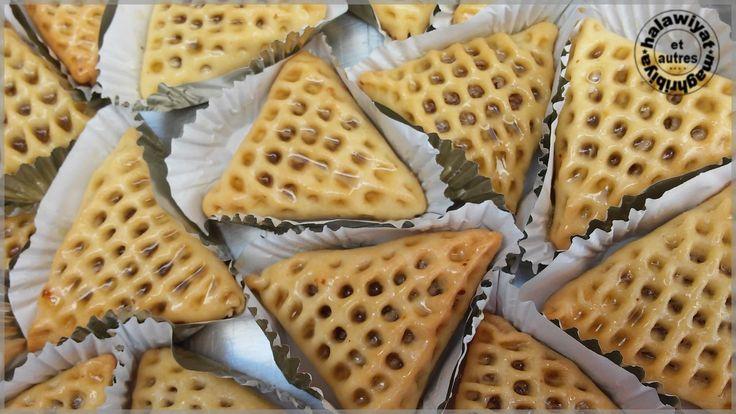 Salam alaykoum, Voici la 2ème recette du blog d'Assia que j'ai testé pour l'aid el adha, son blog est une mine de découvertes et c'est avec grand plaisir que je partage avec vous cette recette. Ces triangles farcis aux noix/amandes et trempés dans le...