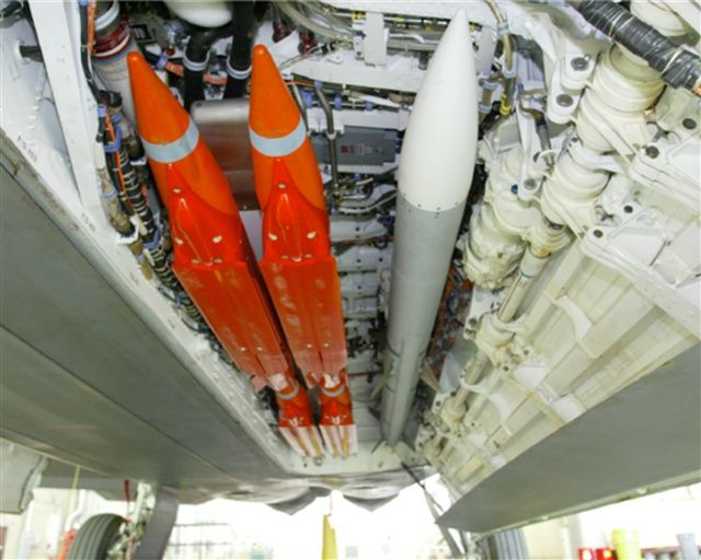 AIM-120 AMRAAM (right) fitted in a weapons bay of an F-22