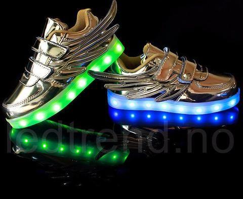 LED-sko i sølv.   LED-skoene finner du i nettbutikken ledtrend.no. Prisene på ledskoene varer varierer fra 599-, og oppover, GRATIS frakt på alle varer. Vi har mange forskjellige LED-sko, ta en titt da vel? på: www.ledtrend.no