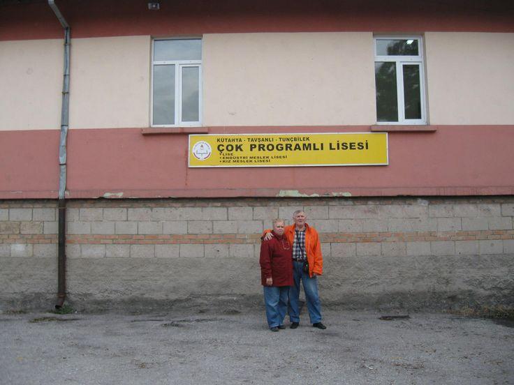 Eşim ile birlikte okulun önünde.