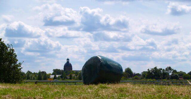 St Bavokerk achter een hooibaal. Foto Toos de Bont