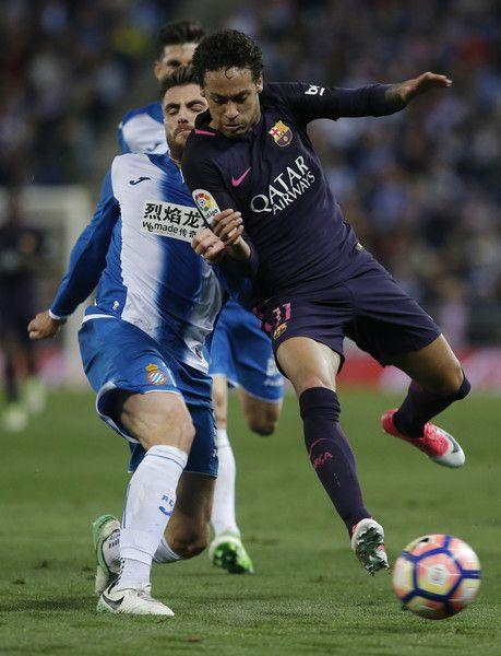 Barcelona's Brazilian forward Neymar (R) vies with Espanol's midfielder David Lopez during the Spanish league football match RCD Espanyol vs FC Barcelona atthe Cornella-El Prat stadium in Cornella de Llobregat on April 29, 2017. / AFP PHOTO / PAU BARRENA