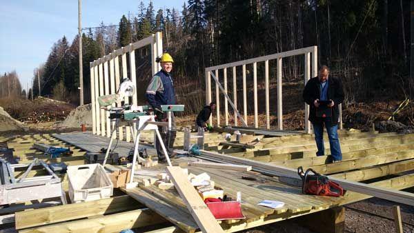 Huipun lipunmyyntirakennus on saantu jo seinät. Kuvassa rakentaja Kari Niinisalo ja vastaava mestari Marko Hentunen.