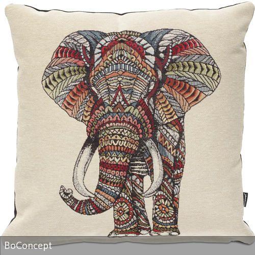 """Das Kissen """"Elephant"""" von BoConcept hat ein kunstvoll eingesticktes Bild eines Elefanten im Ethno-Look, die Rückseite ist schwarz."""