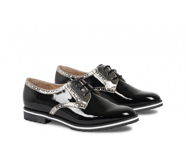 On peut compter sur les derbies DERIVEUR pour apporter un plus indéniable à notre tenue. Ils révèlent une matière vernis tendance tandis que la doublure et la semelle intérieure sont en cuir. On adore l'empiècement contrastant de ces chaussures femme et ses petits brillants qui ajoutent à l'originalité du modèle. #andrechaussures #derbies #blackshoes #shoesaddict #shopping