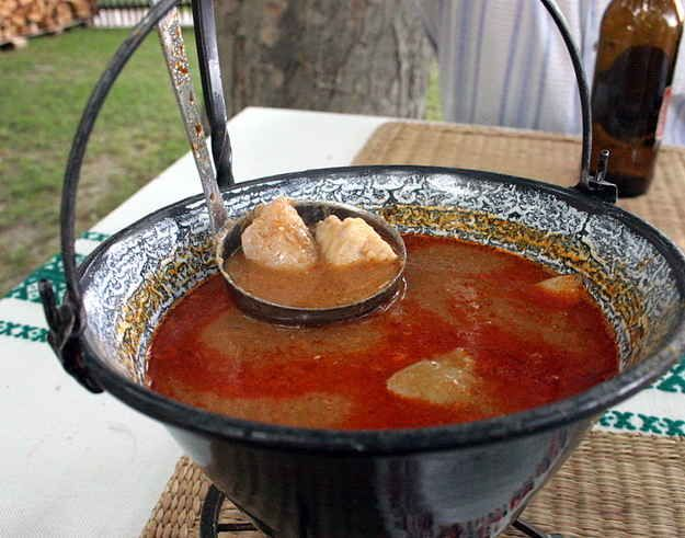 Halászlé (fisherman's soup) | 33 Hungarian Foods The Whole World Should Know And Love  http://www.itshungarian.com/hungarian-cuisine/hungarian-fish-soup-recipe/