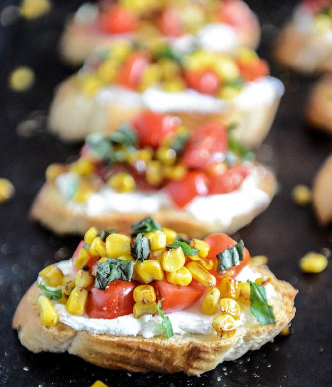 Summer Crostini au fromage, tomates, maïs et basilic