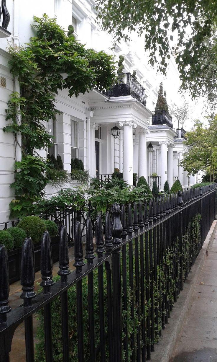 Beautiful sights in London :: City sidewalks of London :: Catching up in London