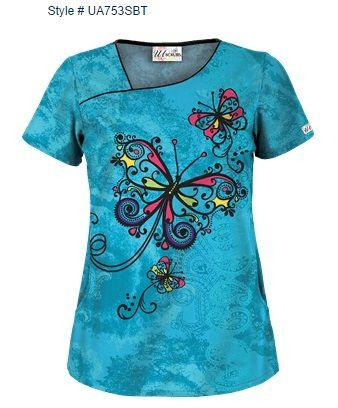 """Blusa Médica UA Swirling Butterfly Turquoise con Cuello Asimétrico ¡Le encantará el estilo de esta blusa médica UA con cuello asimétrico! Ribete de color Black acentúa el cuello y los dos bolsillos al frente. También tiene dos pinzas en al espalda y aberturas a los lados para un ajuste favorecedor. Guarde sus pertenencias con los dos dobles bolsillos. Tela estampada """"Swirling Butterfly Turquoise"""" es 55/45 algodón/poliéster. El largo aproximado para talla M es 27.5"""". Style # UA753SBT"""