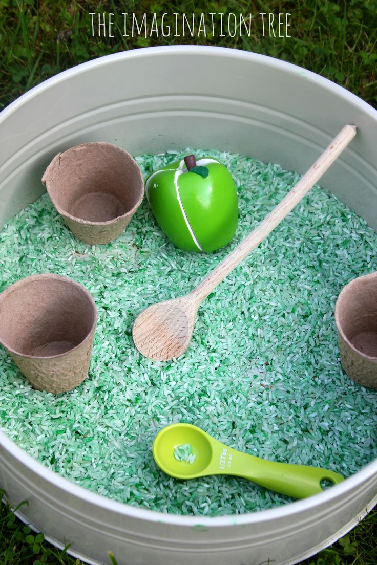 How to make easy apple cinnamon scented sensory rice for Autumn play with preschoolers! Open-ended sensory play and creativity and an easy play recipe