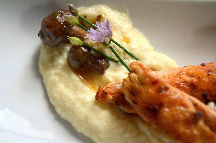 Piure de pastarnac cu unt si parmezan alaturi de sote de ciuperci si piept de pui la tigaie, cu condimente. Acest piure de pastarnac imi place foarte mult