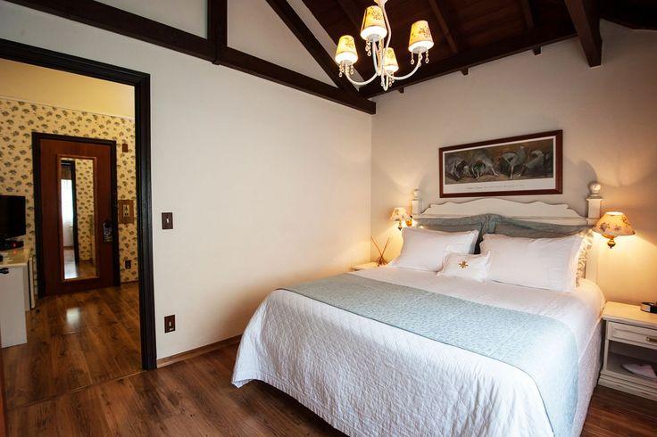 Visão de uma das Suítes Júnior do Hotel Casa da Montanha localizado no centro de Gramado RS.#hotelcasadamontanha #hotelemgramado #hoteisemgramado #gramado #serragaucha