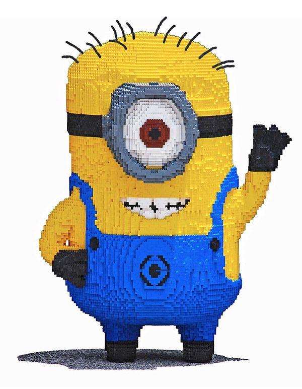 Jovem constrói Minion gigante utilizando 24 mil blocos de LEGO   Magnatas