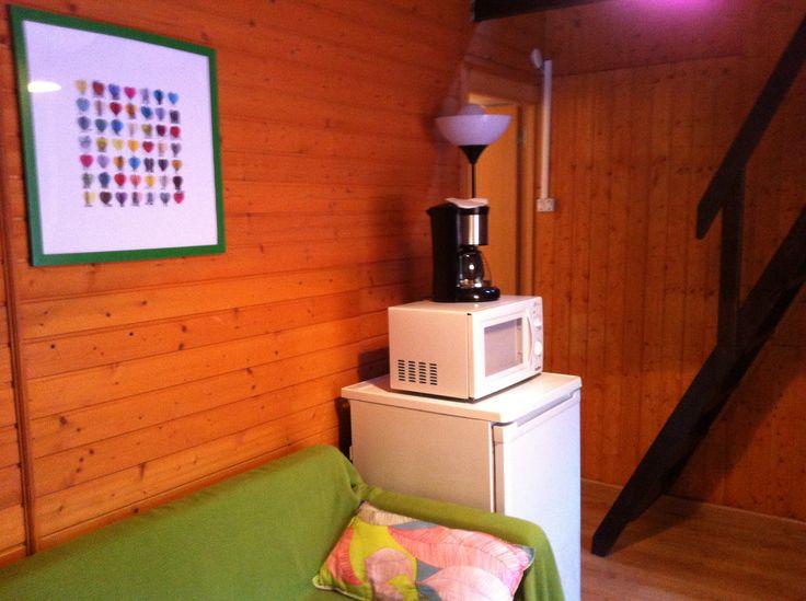 Sala de estar con la escalera de subida a la habitación del bungalow Tipo Torre del Camping Playa de la Franca