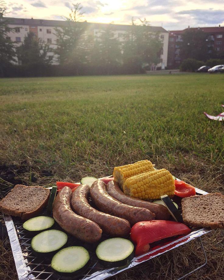Grillpølser kjøpt hos @ektevaredagligvare grønnsaker og hjemmelaget surdeigsbrød på grillen i kveld