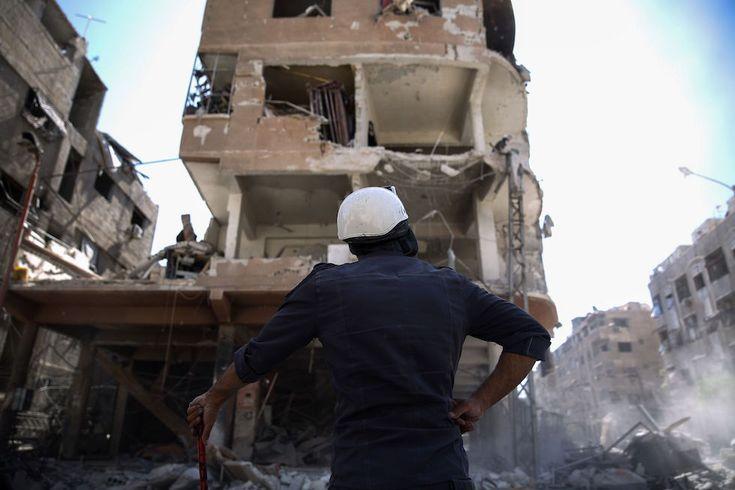 Mercoledì 5 ottobre - Il Post Duma, Siria Un membro dei Caschi Bianchi - l'organizzazione civile di volontari che opera nelle zone della Siria controllate dai ribelli - guarda un edificio distrutto da un attacco aereo in un quartiere controllato dai ribelli (SAMEER AL-DOUMY/AFP/Getty Images)