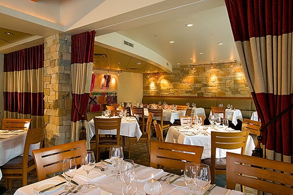 Sweet Basil Vail - This classic American restaurant in the heart of Vail Village will blow you away with new the best apres in town and a killer dinner menu #JetsetterCurator
