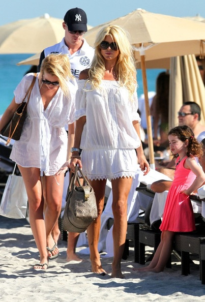 Victoria Silvstedt Photo - Silvstedt chows down
