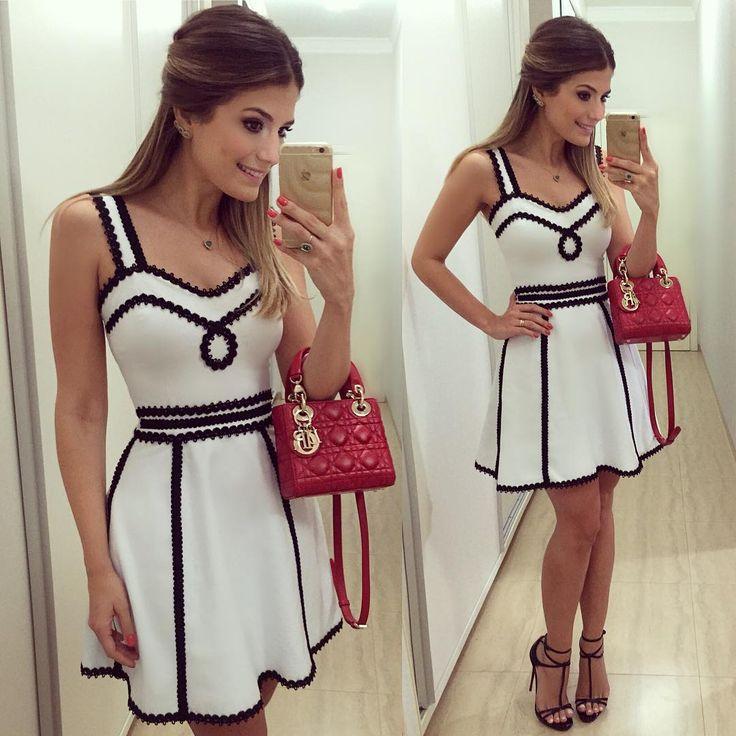 Perfeição é a definição deste vestido ❤️ . Alguém sabe onde comprar?