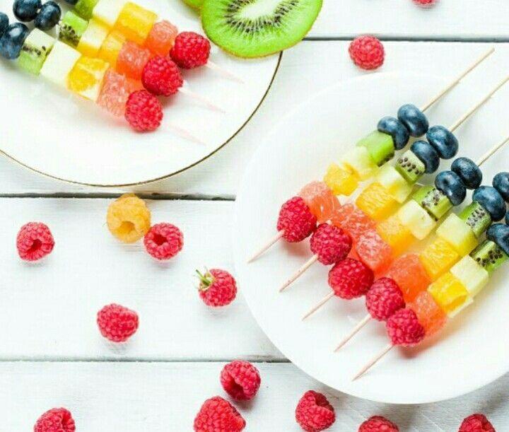 Spiedini colorati di frutta
