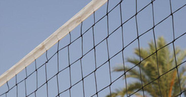 Historia y desarrollo del voleibol. El voleibol se ha desarrollado a lo largo de sus más de 100 años de historia en la cancha y en la playa. Es un deporte popular en todo el mundo y ha sido incluido en varios Juegos Olímpicos. Su desarrollo comenzó como una combinación de otros deportes y a lo largo de los años ha desarrollado normas específicas que se siguen en la actualidad.