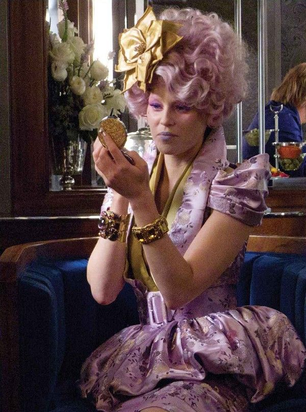 Effie Trinket Effie Trinket est l'hôtesse des tributs du District Douze.