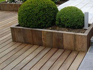 Terrasse bois avec bac à fleurs
