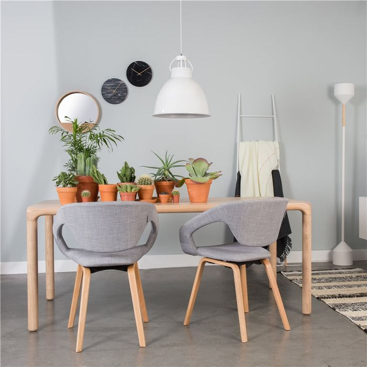 De Zuiver Flexback Stoel dankt zijn naam aan de flexibele rugleuning. Deze comfortabele stoel is bekleed met polyester en de poten zijn van massief beukenhout gemaakt. Gebruik deze heerlijke stoel aan de eettafel of zet hem in de studeerkamer.