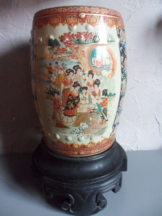 Maison de ventes aux enchères en ligne Catawiki: Tabouret de jardin en céramique style Satsuma, sur socle en bois sculpté à la main - Chine - deuxième moitié 20e siècle