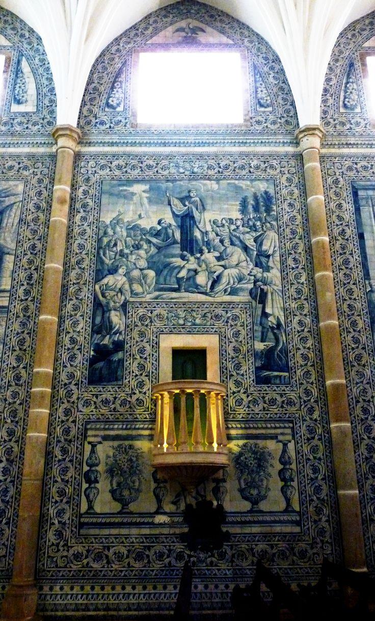 Évora, Igreja de São João Evangelista ou de Lóios. Os azulejos pintados em Lisboa pelo mestre António de Oliveira Bernardes em 1711 reproduzem quadros da vida de São João Evangelista., via Monica