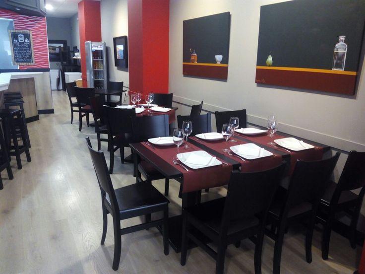 Mobiliario de madera en color wengué negro en El Trampantojo Restaurante