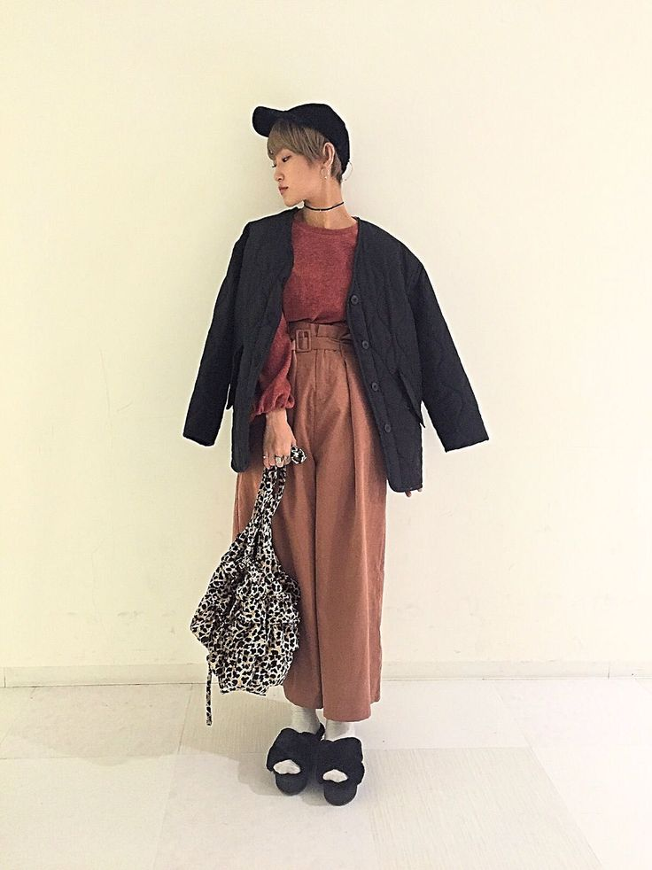 ミル素材プルオーバー モコモコの起毛素材が可愛いプルオーバー。シンプルなのでボトムスはデニムでも、スカートでも、サロペのインナーでも着回しの聞くアイテムです。シンプルながら秋冬らしい素材感とバルーン袖、そして裏地が付くのでとてもあたたかです。ボリュームのあるワイドパンツもピンクブラウンを合わせてワントーンコーデに。アウターと小物は引き締めカラーのブラック系でまとめました。