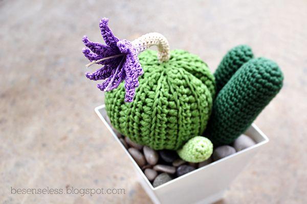 Crochet cactus - Succulente all'uncinetto - Airali handmade - besenseless.blogspot.com Me gusta la idea de las piedras