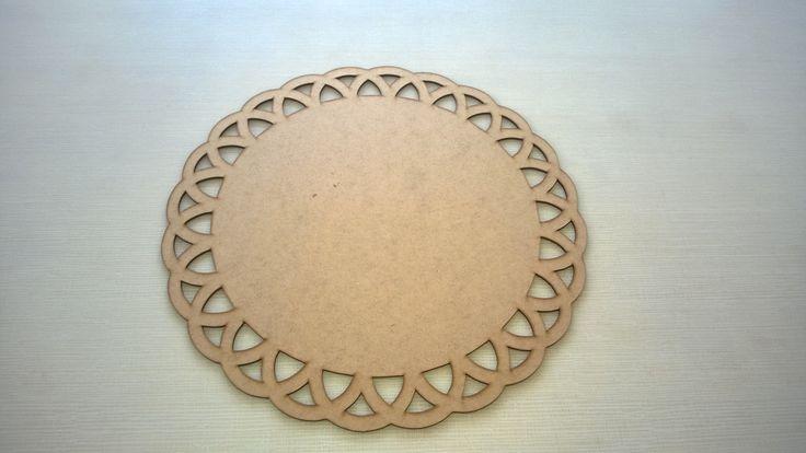 Lindo Souplast para decoração de sua mesa.  Receba seus convidados de uma forma sofisticada.    Material: MDF  Espessura: 3mm  Cor: Cru  Obs.: Ao fazer a compra nos informe o modelo escolhido.