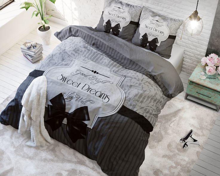 Het dekbedovertrek 'Sweet Dreams' van Sleeptime Pure Cotton is modern en tijdloos en past in bijna elke slaapkamer thuis. Het dekbedovertrek is voorzien van een verticaal gestreept patroon. Op de onderste helft van het overtrek is dat in antraciet en grijs afgedrukt, op de bovenste helft van het overtrek in lichte grijs tinten.