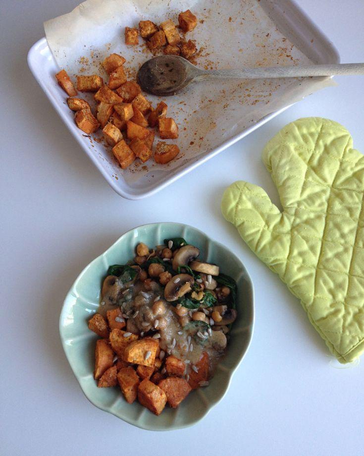 Zoete aardappel kikkererwten schotel met citroen tahin saus http://wateetjedanwel.nl/zoete-aardappel-kikkererwten-schotel-met-citroen-tahin-saus/