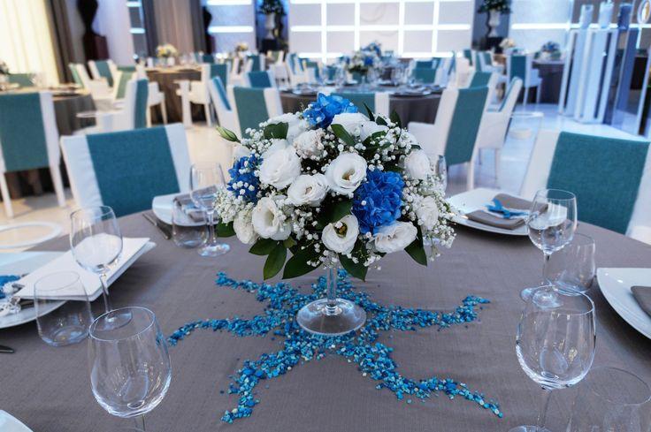 La serenità e l'eleganza del blu per accogliere gli ospiti al tavolo... www.alchiardiluna.it  #alchiardiluna #ilmatrimoniochestaisognando