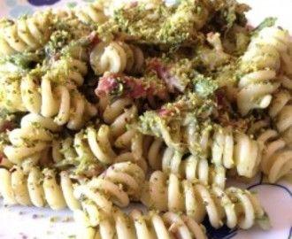 Pasta asparagi, speck, finocchio selvatico e granella di pistacchi