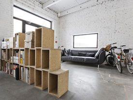 Salon w lofcie z białą ceglaną ścianą
