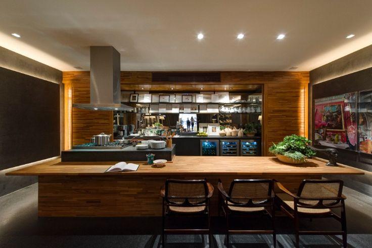 Na cozinha do Loft do Jovem Empresário, assinado por David Bastos, a madeira do revestimento e da mesa se alinha ao cinza da ilha do fogão, prateleiras e do piso. A 27ª Casa Cor SP segue até dia 21 de julho de 2013, no Jockey Club de São Paulo