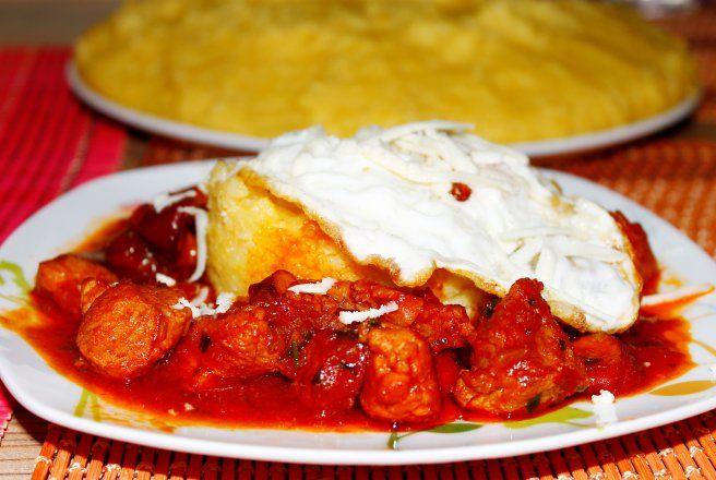 Retete Culinare - Tochitura cu mamaliga