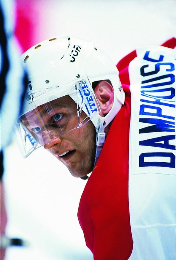 Vincent Damphousse : Considéré parmi l'un des très bons centres de l'histoire des Canadiens, Damphousse était reconnu non seulement pour sa grande production offensive mais également pour son jeu dans les deux sens de la patinoire. Au cours de sa carrière, Il a pris part au match des étoiles à trois reprises et y a reçu le titre de joueur par excellence en 1991. Lors du lock-out de 2004, il a occupé le rôle de vice-président au sein du comité exécutif de l'Association des joueurs de la LNH.