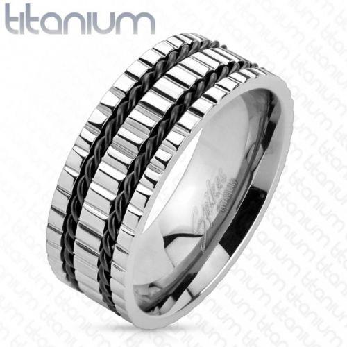 Stilig sølvfarget ring i titan med sorte striper av wire.  Materiale: Titan Bredde: 8 mm. R-TM-3877/Z17  Leveres i flott gaveeske.