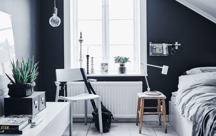 El dormitorio monocromático de Arvid en Gotemburgo (Suecia)