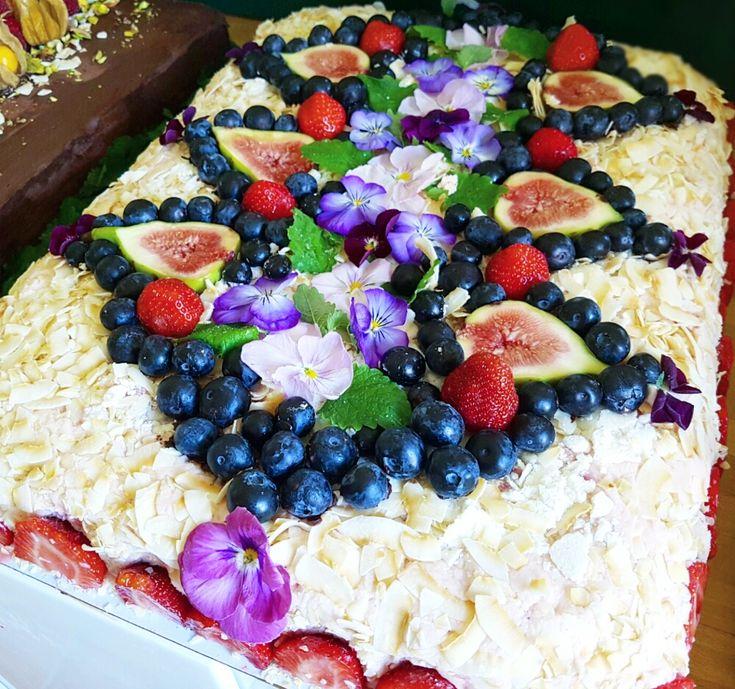 Vegansk Strawberry Cheesecaketårta med lemoncurd, färska jordgubbar och härlig Vitchokladmousse