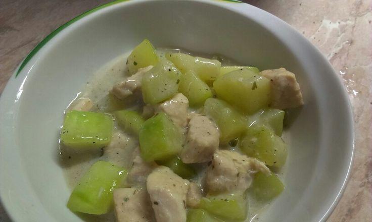 Cukkinis csirkemell  Fél kg csirkemellfilé, 1 nagyobb cukkini, fokhagyma, bazsalikom, petrezselyem só, bors, fűszerkeverék, 2-3 dl 0,1 %-os tej, 1 EK keményítő