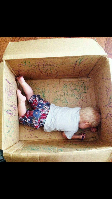 Inleiding: de doos inpakken en in de ruimte zetten waar het spel plaatsvind. (Potloden en stickers erin leggen) en dan samen de doos uitpakken. Spel: samen met de peuter de doos decoreren en versieren, veel complimentjes geven tussendoor en liedjes zingen zodat de peuter meer inspiratie heeft om iets te tekenen. ( ik zag 2 beren -> beer tekenen)  Slot: samen de doos sluiten en in een andere kamer zetten als verrassing voor iemand (bv: de verzorgende in het kdv)